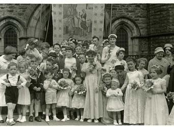 Wesley Walking Day 1958 at Chapel doorway (Large)